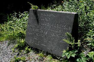 La pierre commémorative.